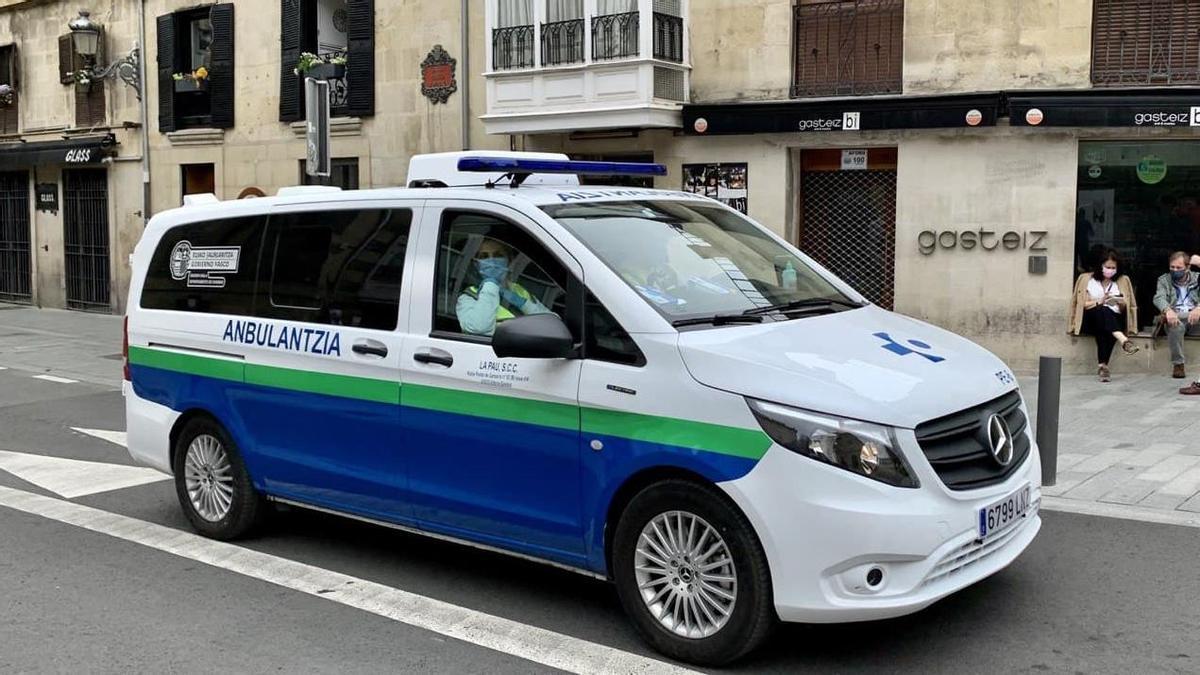 Una ambulancia de Osakidetza, en el centro de Vitoria esta semana