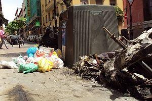 Las bolsas de basura arrojadas indebidamente junto a los contenedores de reciclaje no dejan ni pasar por la acera