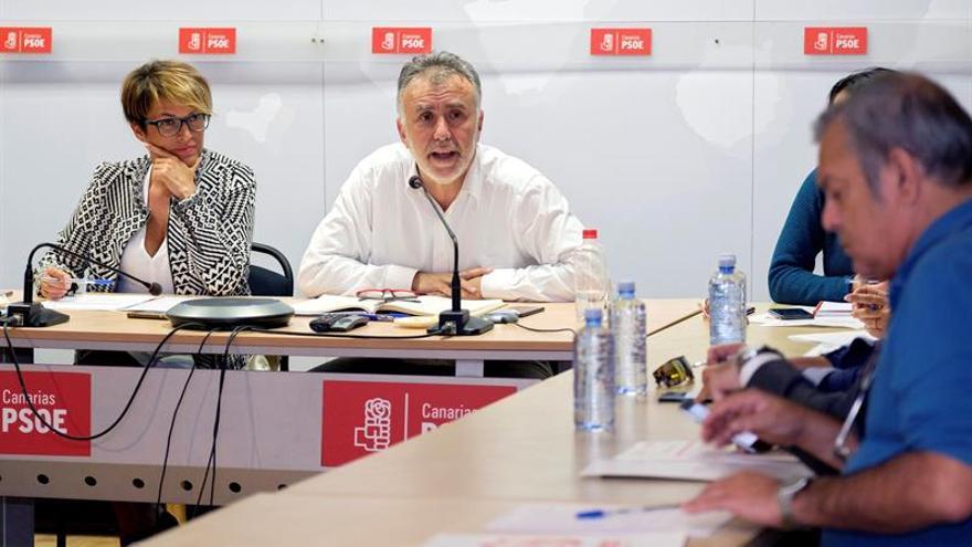 El secretario general del PSOE de Canarias, Ángel Víctor Torres (c), preside la reunión de la Comisión Ejecutiva Regional del PSOE de Canarias. EFE/ Ángel Medina G.