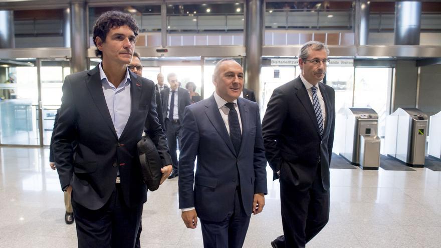 Los tres diputados generales, a su llegada al Consejo Vasco de Finanzas Finanzas