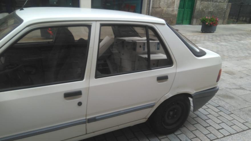 Un coche junto al Ayuntamiento de A Cañiza con archivadores que según el PSdeG fueron sacados de la casa consistorial