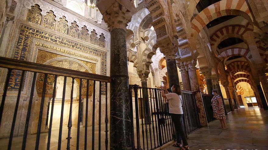 Una cordobesa, ante un Mihrab vacío de público | ÁLEX GALLEGOS