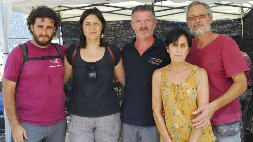 La diputada Rosa Pérez Garijo junto con los expertos de ArqueoAntro, Miguel Mezquida y Javier Iglesias, y el presidente de la Asociación de Familiares de las Víctimas de la Fosa 82, Eduardo Ortuño