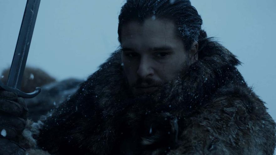 Jon Nieve sosteniendo su espada de acero Valyrio