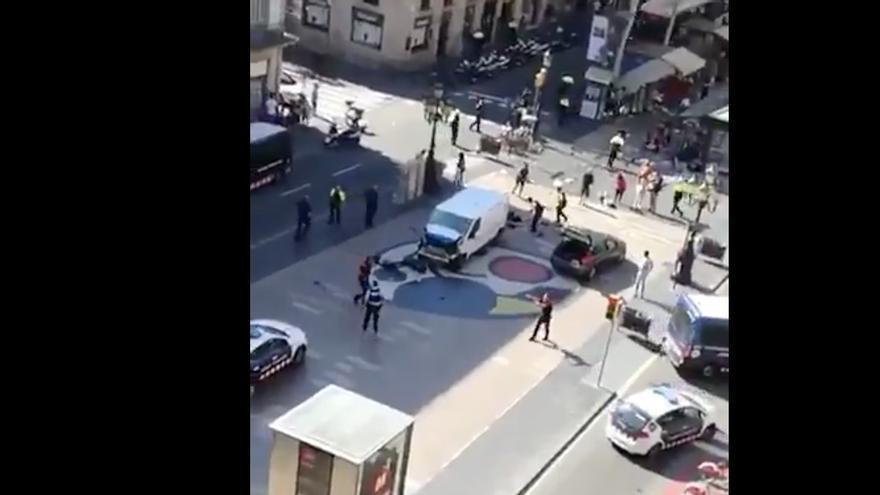 Imagen de la furgoneta que se abalanzó sobre los peatones.