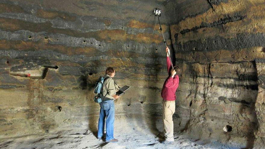 El arqueólogo Julio Cuenca en trabajos realizados en Risco Caído. (Cabildo GC).