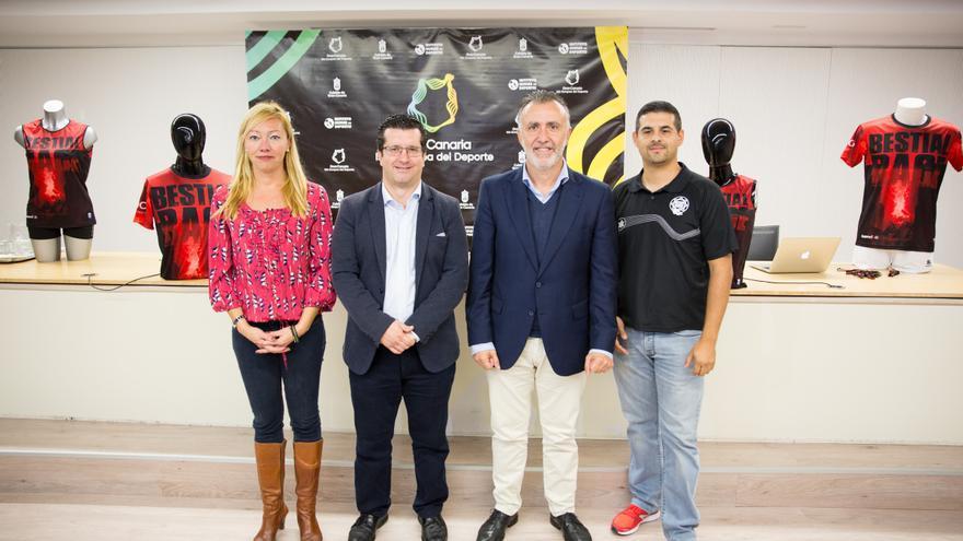La concejal de Deportes, Sonia Viera, el alcalde de Arucas, Juan Jesús Facundo, el consejero de Deportes del Cabildo de Gran Canaria, Ángel Víctor Torres y el organizador de la prueba deportiva Bestial Race, Alfredo López.