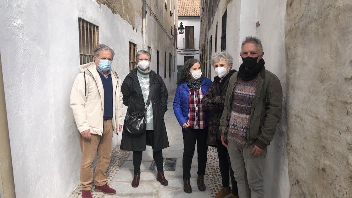 Salvador Fuentes visita la reforma de la calle Vino Tinto.