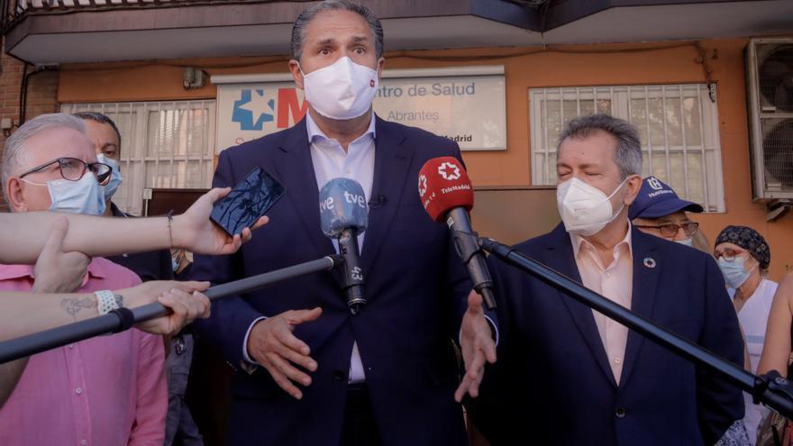 El portavoz adjunto del Grupo Parlamentario Socialista de la Asamblea de Madrid, José Cepeda, informa sobre el desarrollo de la pandemia en el Centro de Salud de Abrantes, en Madrid (España) a 25 de agosto de 2020.