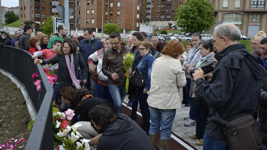Familiares, amigos y vecinos de Santander han depositado flores y velas en homenaje a Amparo. En el centro de la imagen, Marco, su nieto, sosteniendo un ramo.