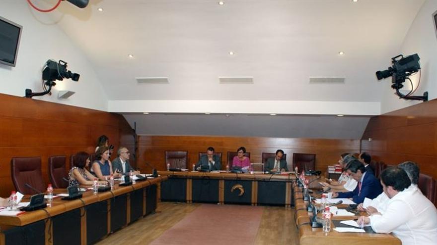 Reunión de los distintos grupos políticos en el Parlamento de Cantabria.