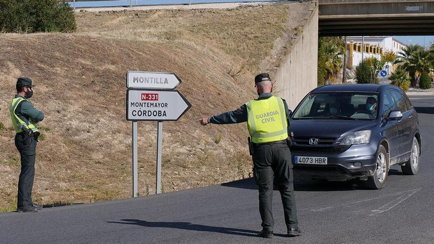 Control de la Guardia Civil en Montilla el primer día de restricciones perimetrales