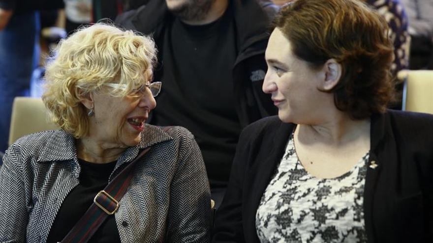 Las alcaldesas de Madrid, Manuela Carmena (i), y Barcelona, Ada Colau (d)