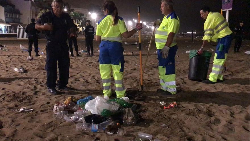 Dispositivo de Limpieza durante la noche de San Juan en la playa de Las Canteras.