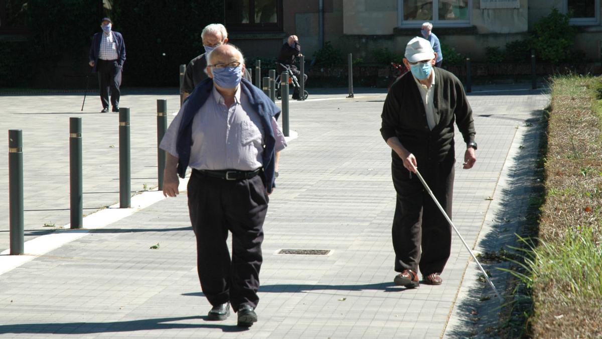 Ancianos paseando en una residencia