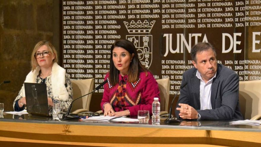 La directora general de Acción Exterior, Rosa Balas, acompañada del director gerente del SEXPE, Juan Pedro León Ruiz, y la directora general de Empresa y Competitividad, Ana Vega