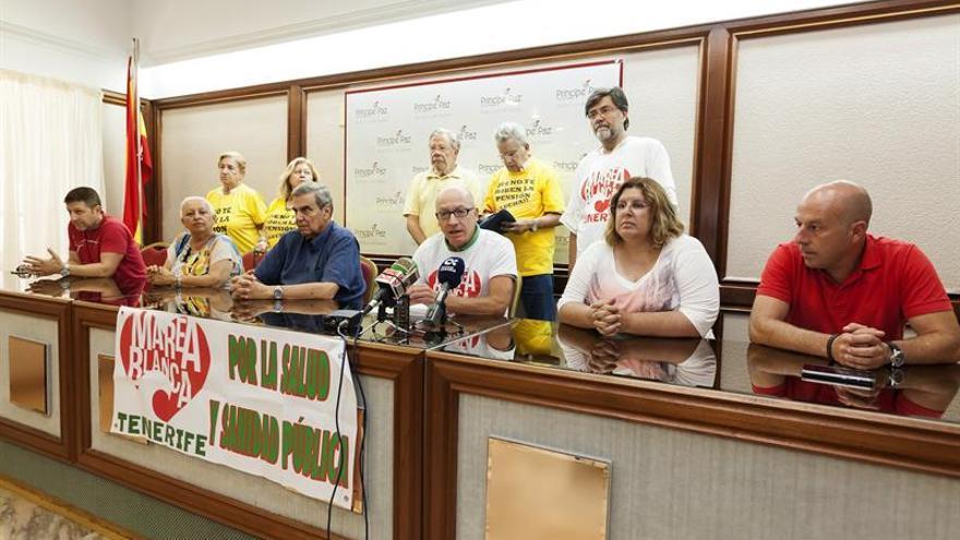 Varios sindicatos y asociaciones en defensa de la sanidad pública, agrupados en Marea Blanca, durante una rueda de prensa.