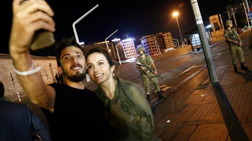 Partidarios de Recep Tayyip Erdogan, toman una autofoto en la plaza Taksim, en Estambul