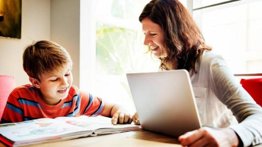 Padres y madres podrán pedir licencia para cuidar a sus hijos los días sin clases presenciales: qué dice la resolución