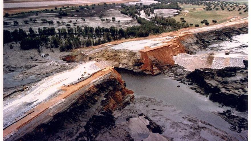 En la imagen de 1998, vista aérea de la rotura de la balsa que provocó el vertido.