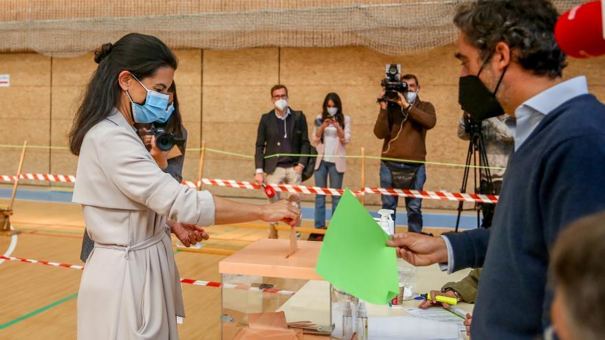La candidata de Vox a la Presidencia de la Comunidad de Madrid, Rocío Monasterio, ejerce su derecho a voto en el Colegio San Agustín.