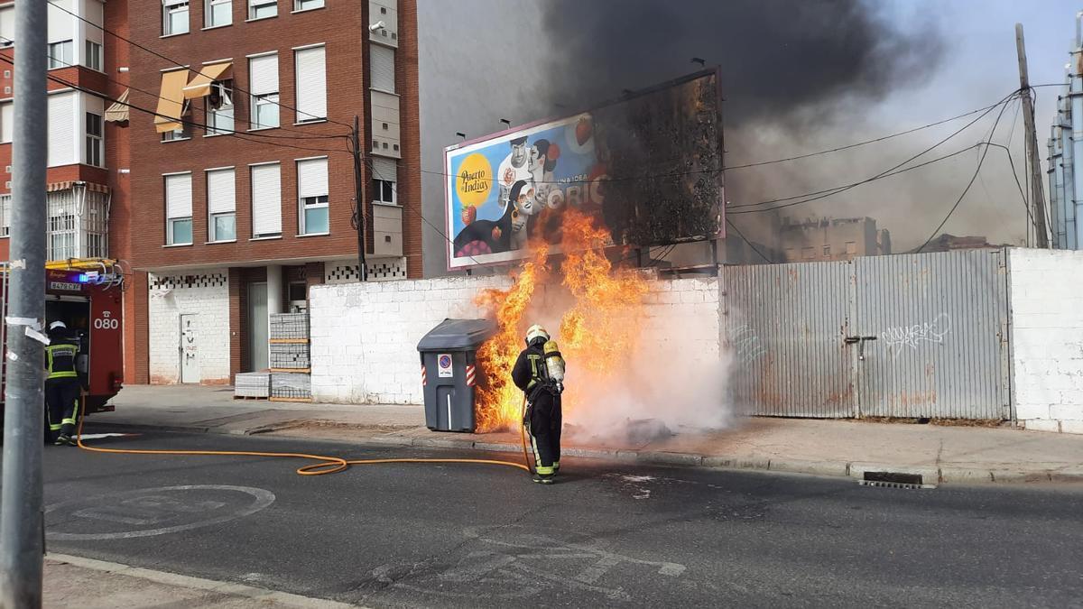 Un bombero, ante las llamas
