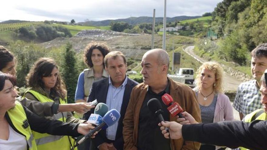 El diputado general de Gipuzkoa, Martin Garitano, durante una visita al vertedero de Zarautz. Foto: Diputación de Gipuzkoa.