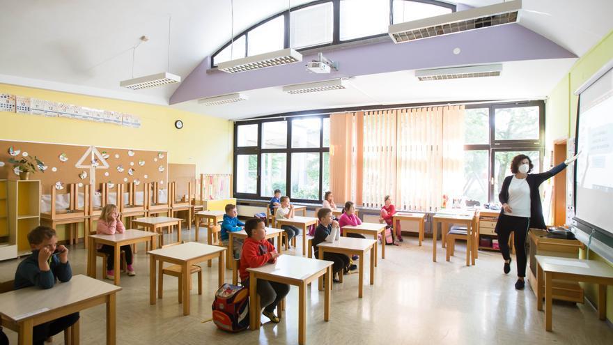 Una maestra enseña a una clase de primer año que ha sido reducida en número de alumnos por seguridad en Eslovenia.