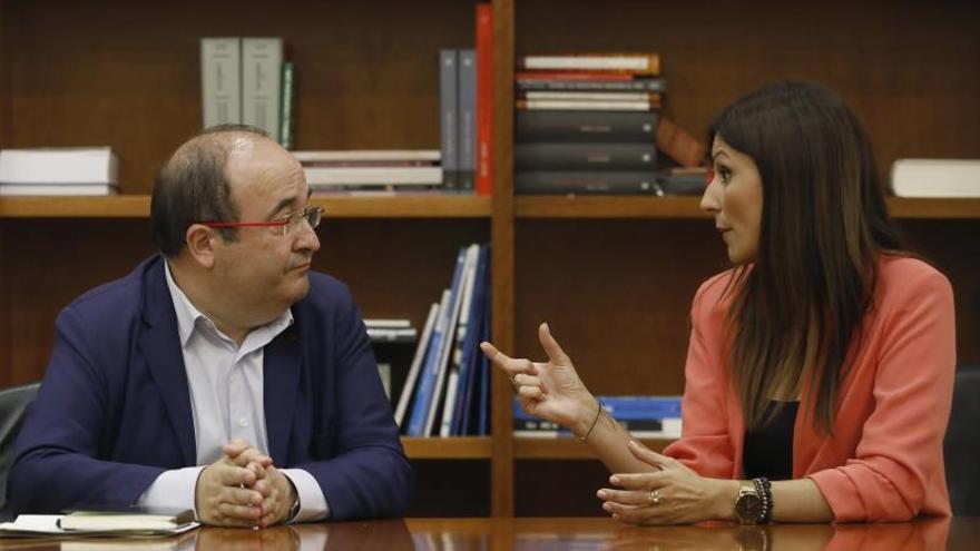 La líder de Ciudadanos en Cataluña, Lorena Roldán (d) , durante la reunión que ha mantenido este miércoles en el Parlament de Cataluña con el líder del PSC, Miquel Iceta, en la sala del grupo parlamentario de la formación naranja.