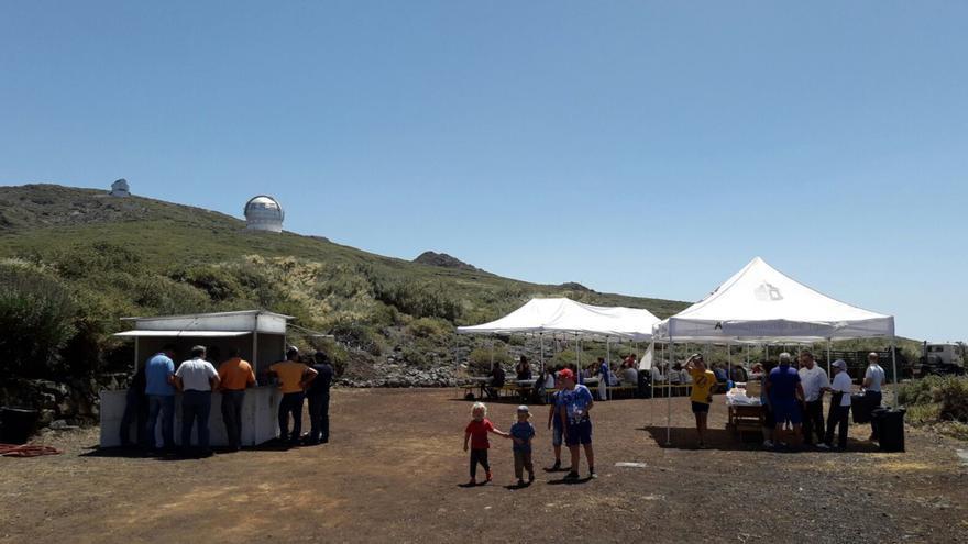 Vecinos de Garafía en la jornada de puertas abiertas en el Observatorio del Roque de Los Muchachos. Crédito: Antonio González/IAC.