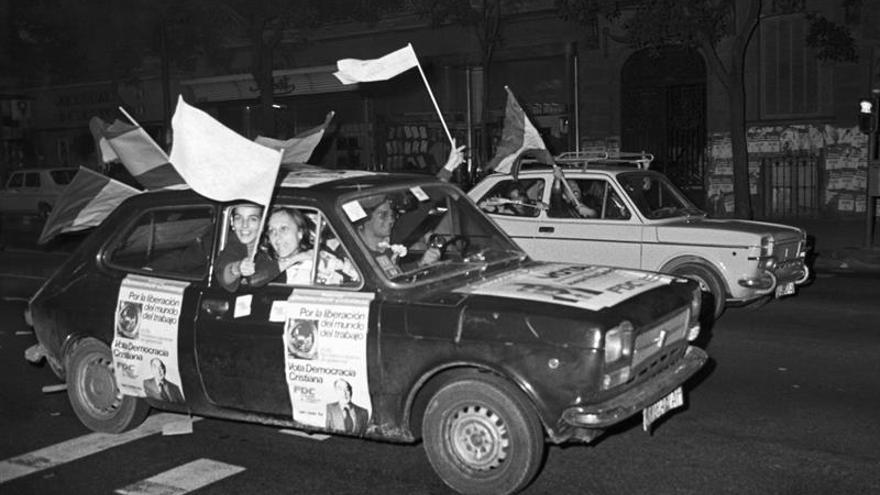"""Caravana de propaganda electoral de la """"Federación Democracia Cristiana"""" (FDC) el último dia de campaña electoral para las elecciones generales a Cortes Constituyentes, en 1977."""