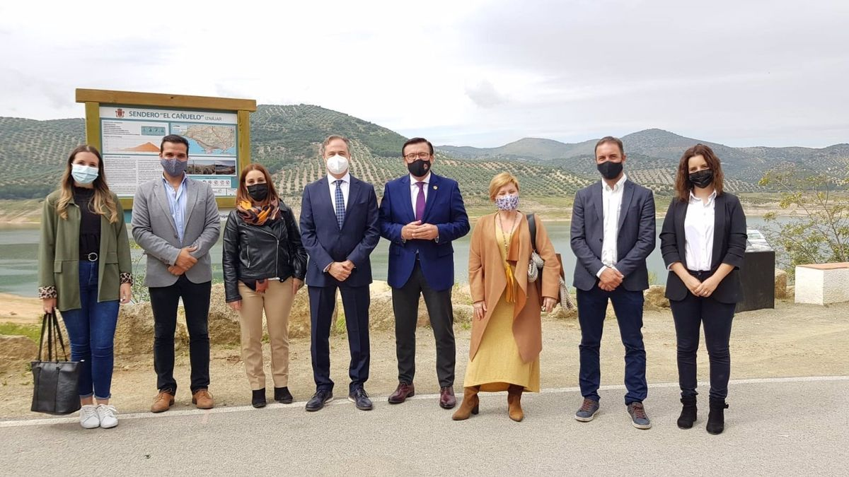 El delegado territorial de Turismo en Córdoba, Ángel Pimentel (cuarto por la izda.), visita el municipio cordobés de Iznájar.