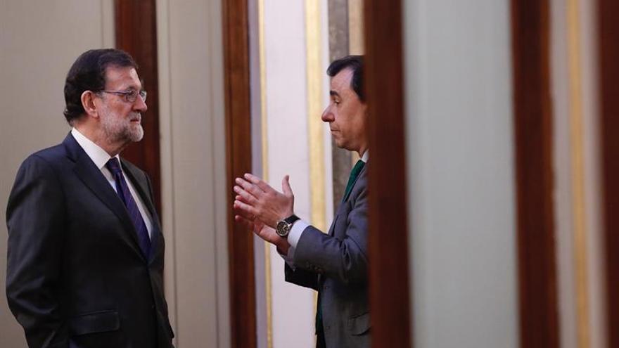 Rajoy justifica la acción judicial y Puigdemont dice que incumple la Constitución