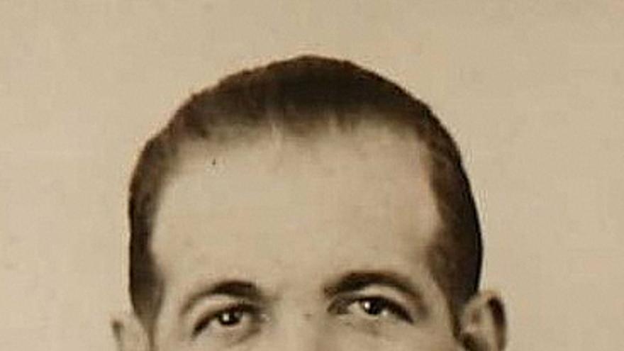 Fotografía de Antonio Uribe en su solicitud de Certificado de Protección de Marinero de la Oficina de Navegación e Inspección de Barcos de Vapor del Departamento de Comercio de Nueva York de 1936.