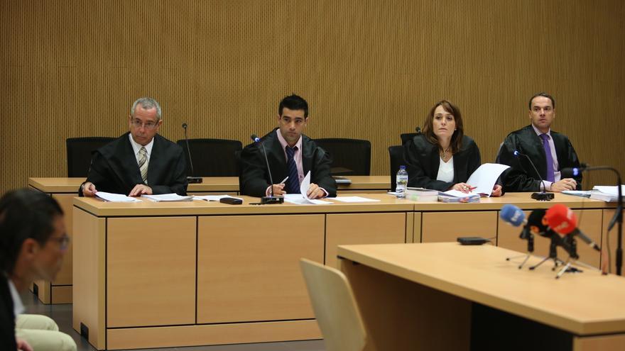 De izquierda a derecha, los abogados defensores de Luis Jesus R.M; Francisco de Asis P.G. Horus L.C. y Carmelo Martín S.D.