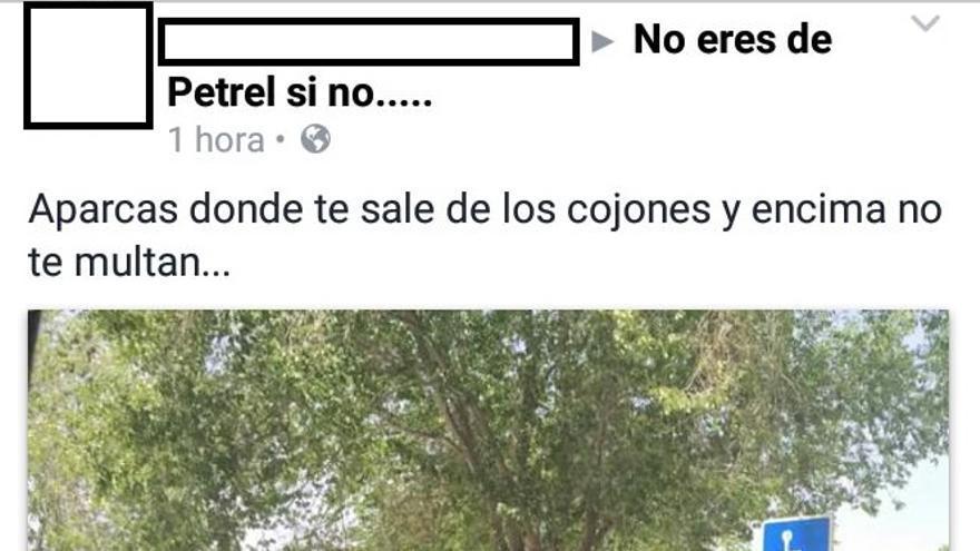 Imagen que la vecina captó del coche de la Policía Local aparcado en una plaza reservada para personas con discapacidad/ Petreraldia.com