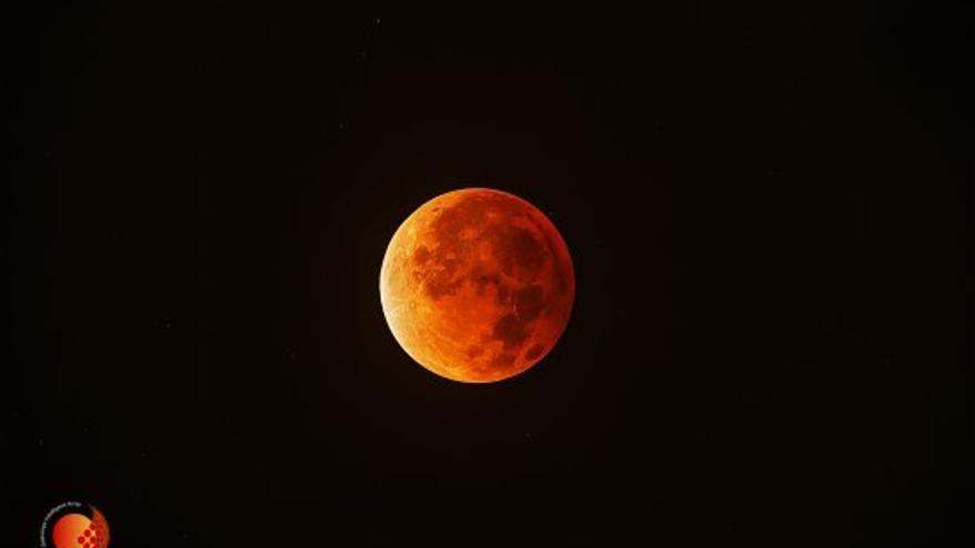 Luna 'roja' en el máximo de la totalidad del eclipse del 15 de abril 2014 (primero de la tétrada). La observación se realizó desde Sacsayhuaman, Cusco, Perú en el transcurso de la expedición Shelios 2014 . Créditos: J.C. Casado