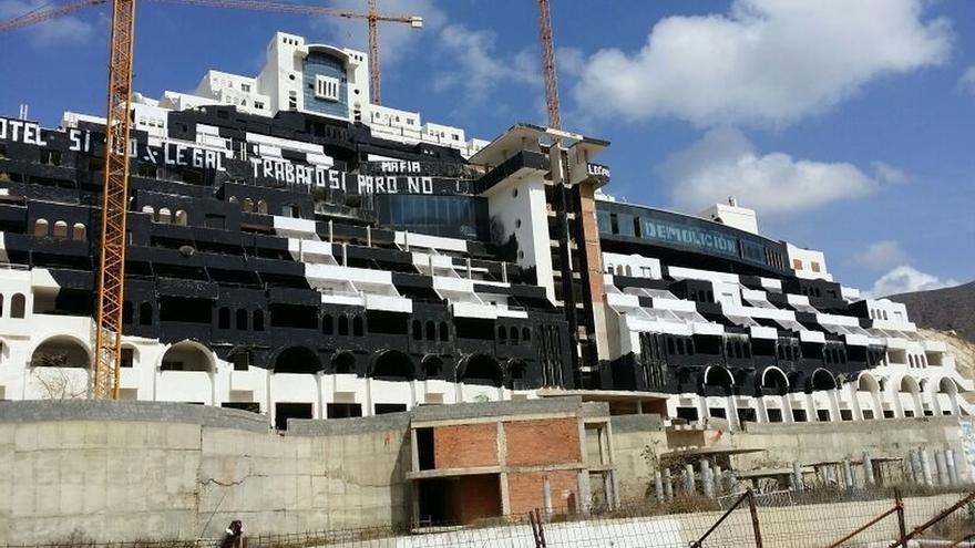 La Junta se congratula de que Carboneras cese sus litigios por el Algarrobico y le pide revisar la licencia