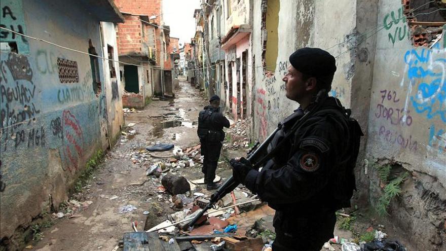 Policías en una redada en la favela Manguinhos, en la ciudad de Río de Janeiro.