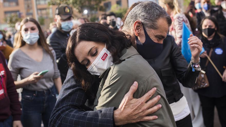 La presidenta de la Comunidad de Madrid y candidata a la reelección, Isabel Díaz Ayuso, abraza a Toni Cantó