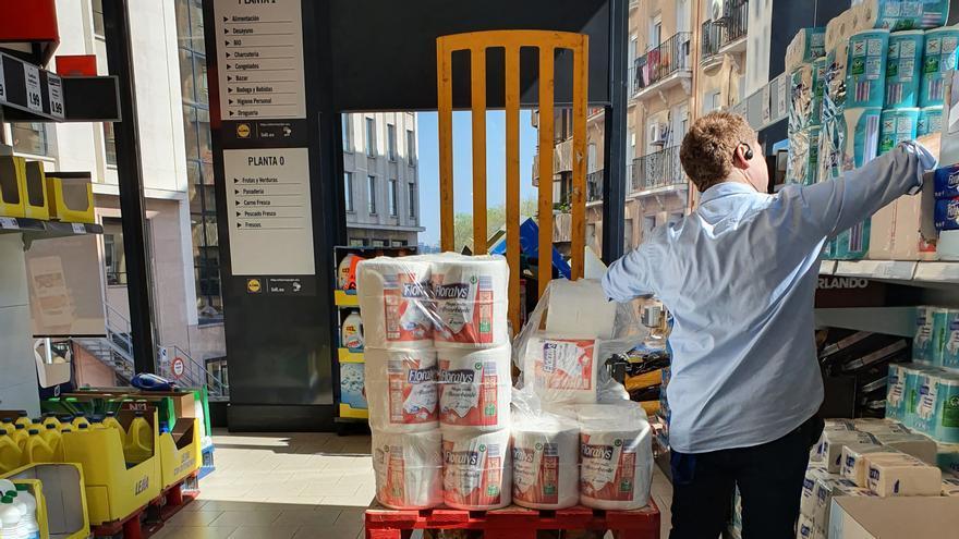 Papel higiénico en el supermercado en la emergencia del coronavirus.