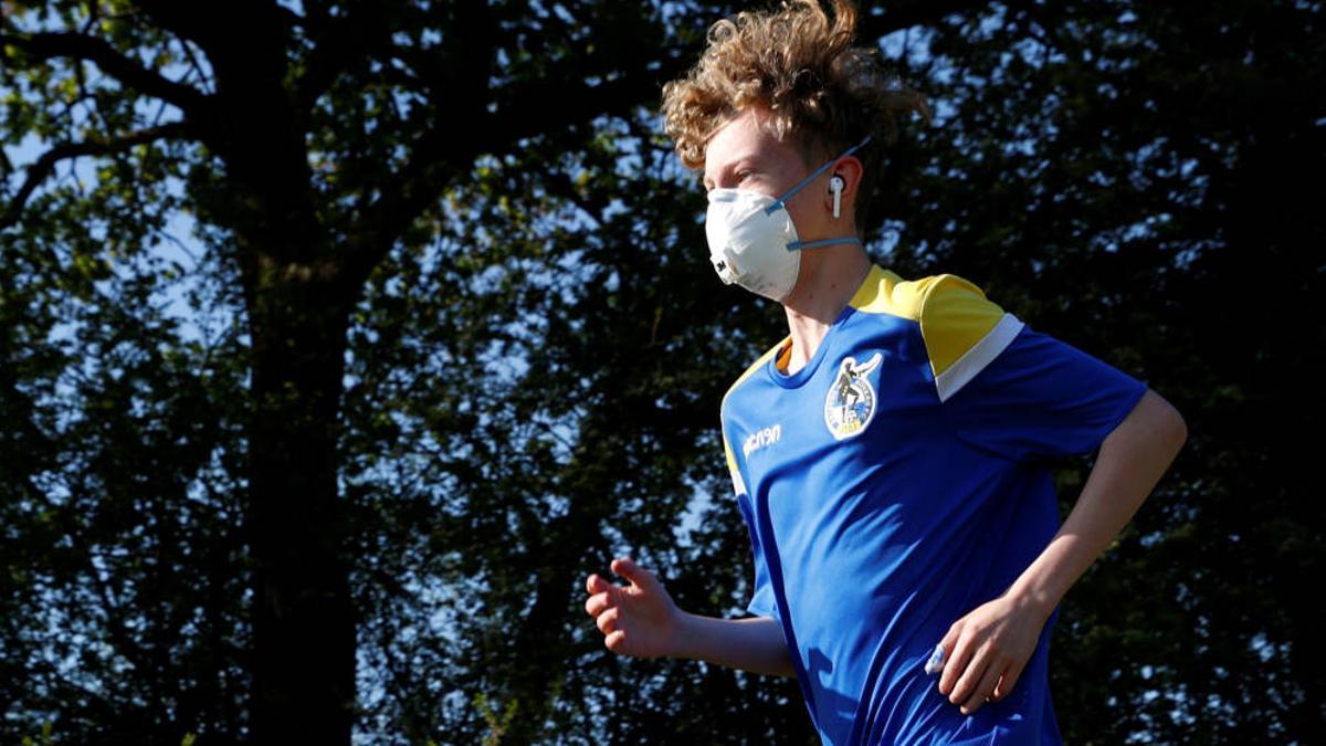 Una persona corriendo con mascarilla