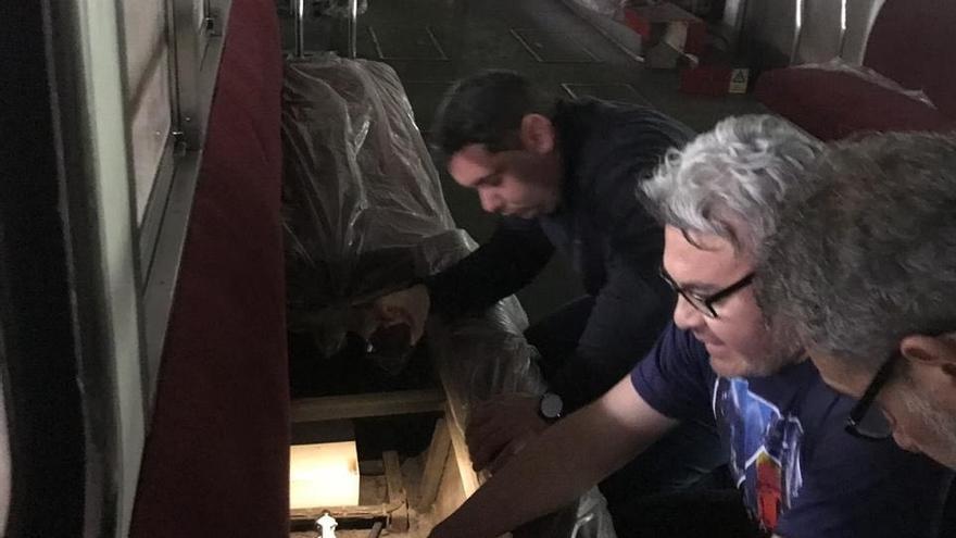 Trabajadores del metro en uno de los vagones de la red de metro de Buenos Aires
