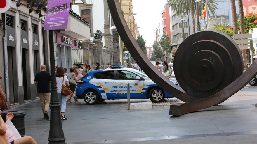 Coche de la Policía Local de Las Palmas de Gran Canaria impidiendo el paso a la calle de Triana