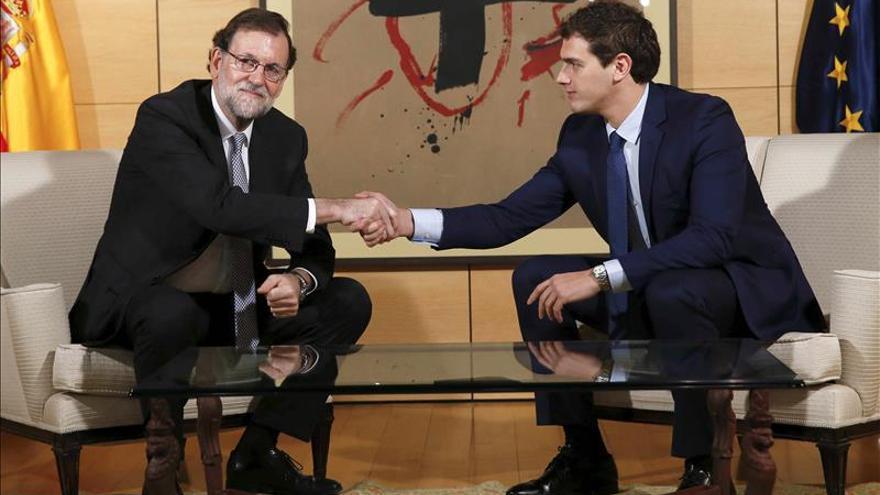 Rajoy y Rivera se reúnen en el Congreso para explorar vías de acuerdo.