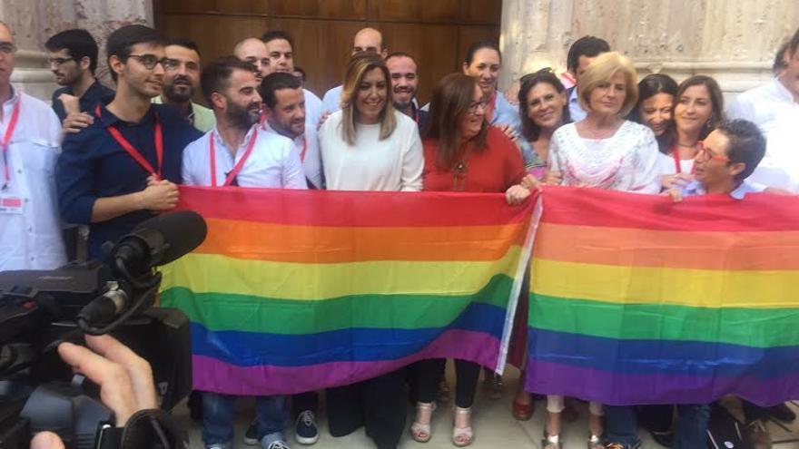 Posado en el Parlamento de Andalucía con los colectivos LGTBI.