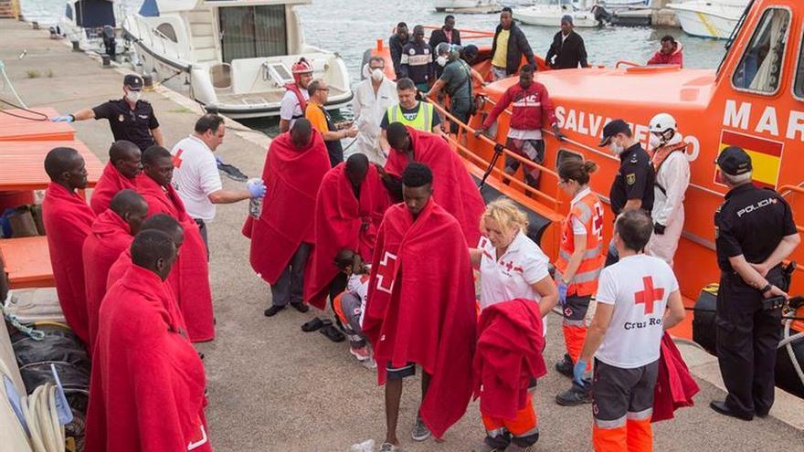 Rescatadas 53 personas llegadas en 5 pateras a la costa murciana
