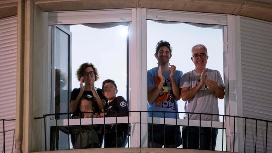 España vuelve a dar un aplauso multitudinario a sus sanitarios