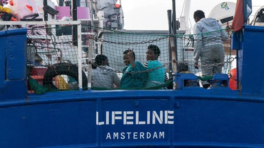 El barco de la ONG Lifeline sigue en el mar y tiene provisiones hasta el lunes