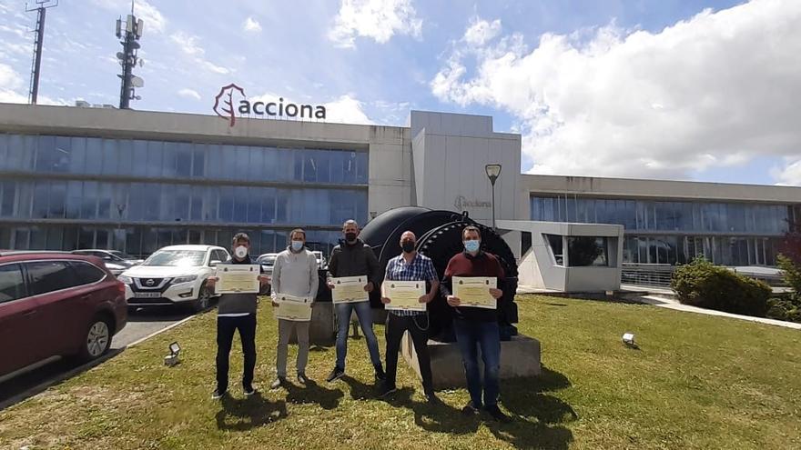 Técnicos de mantenimiento de Acciona, con los certificados de profesionalidad